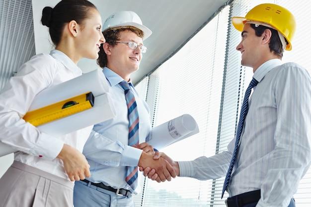 Executivos com um arquiteto