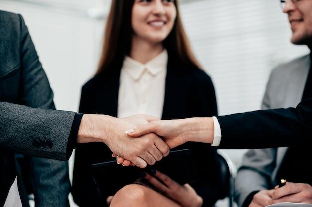 Executivos cumprimentando uns aos outros com um aperto de mão. reunião de negócios