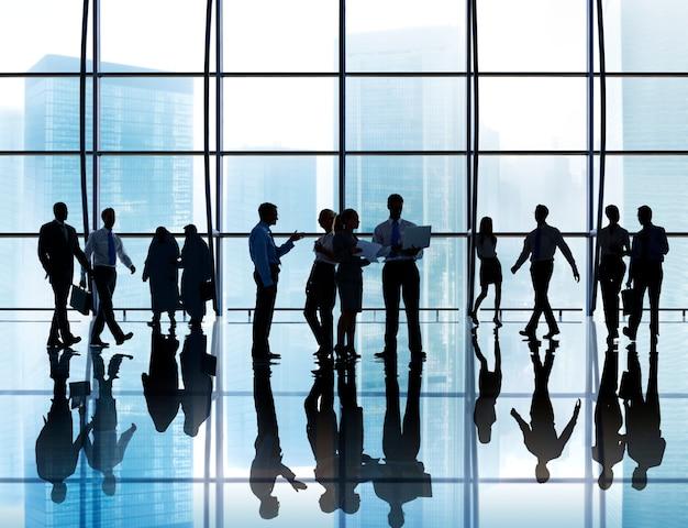Executivos da silhueta do conceito incorporado da reunião da discussão da conexão
