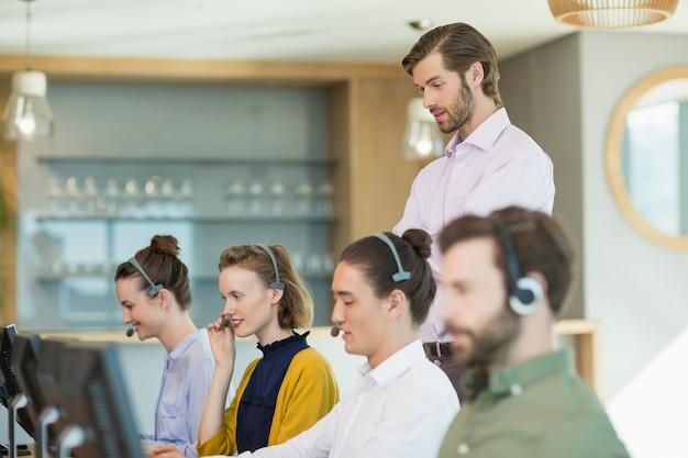 Executivos de atendimento ao cliente trabalhando em call center