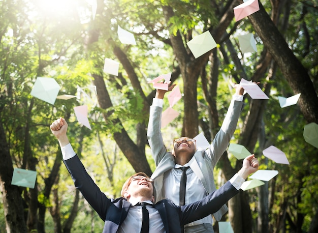 Executivos de celebração voando conceito de envelope jogando