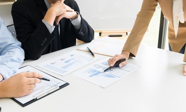 Executivos de empresas que fazem uma discussão sobre o desempenho de vendas no novo projeto na sala de escritório moderna
