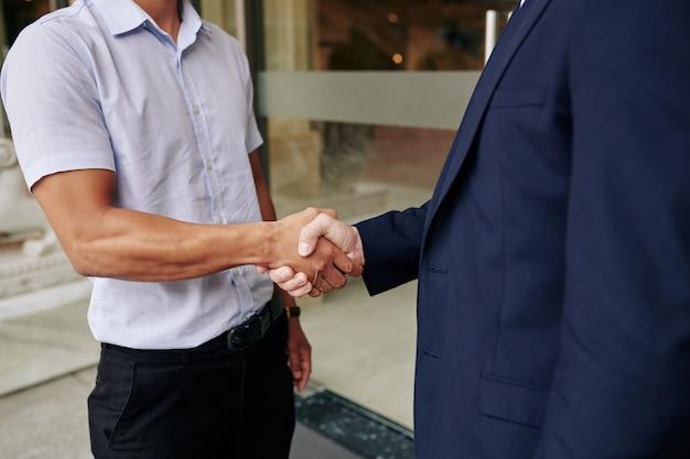 Executivos de negócios, apertando as mãos