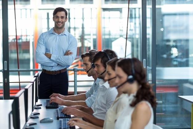 Executivos de negócios com fones de ouvido usando o computador