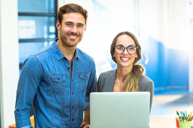 Executivos de negócios com um laptop