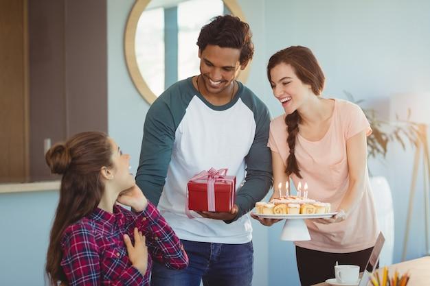 Executivos de negócios comemorando o aniversário de seus colegas