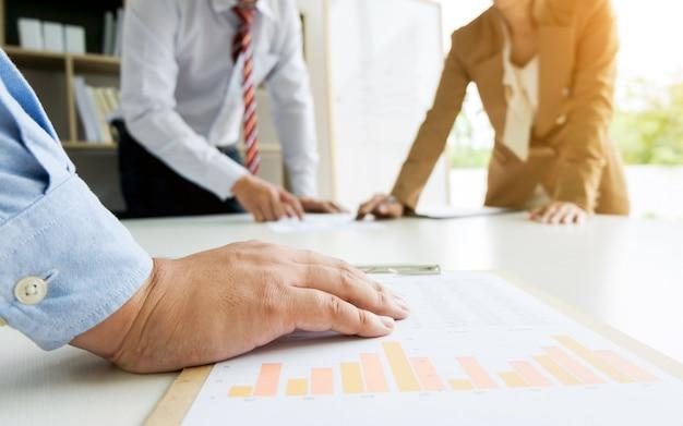 Executivos de negócios debate de discussão sobre avaliação de investimentos em sala de escritório moderna