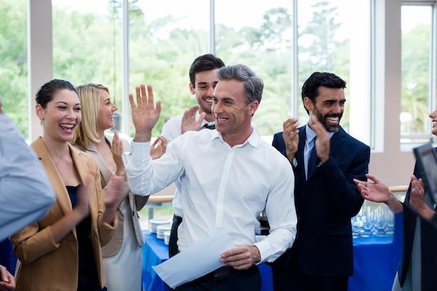 Executivos de negócios felizes dando mais cinco