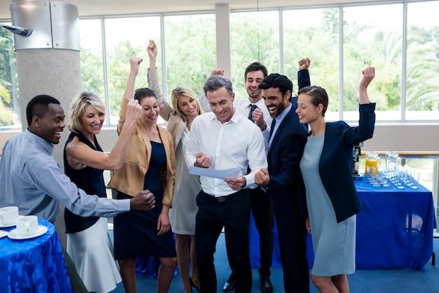 Executivos de negócios felizes olhando para o relatório