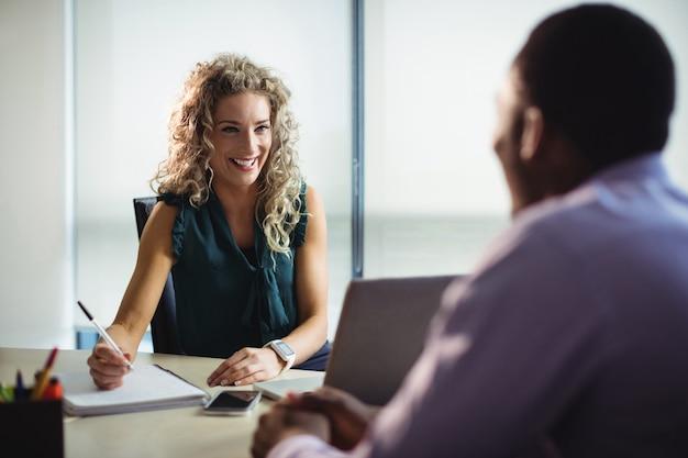 Executivos de negócios interagindo uns com os outros