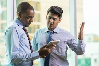 Executivos de negócios jovens chateado com más notícias