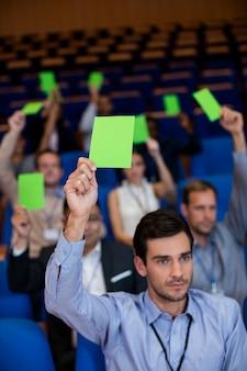 Executivos de negócios mostram sua aprovação levantando as mãos