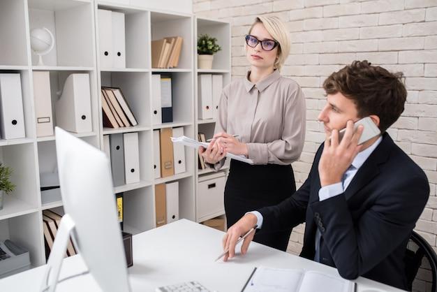 Executivos de negócios ocupados trabalhando no escritório