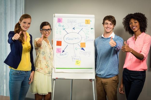 Executivos de negócios permanente com fluxograma no quadro branco