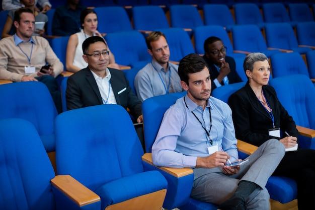 Executivos de negócios que participam de uma reunião de negócios