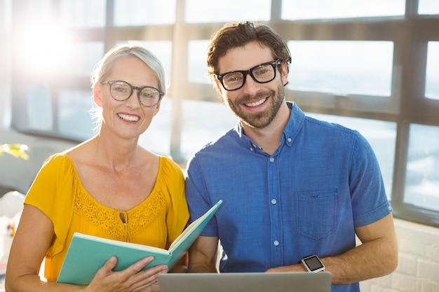 Executivos de negócios segurando o documento e laptop