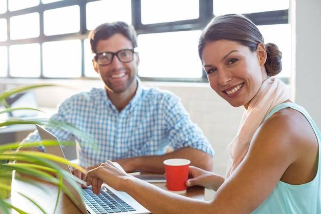 Executivos de negócios, sorrindo no escritório