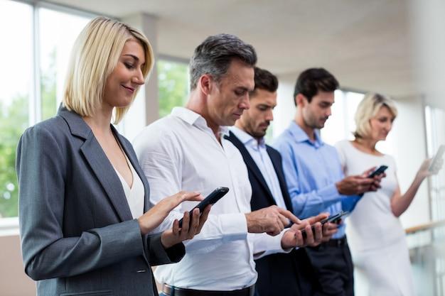 Executivos de negócios usando tablet digital e telefone celular