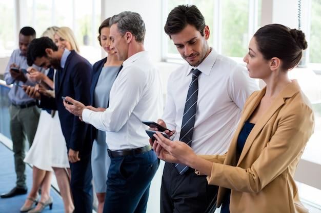 Executivos de negócios usando telefone celular