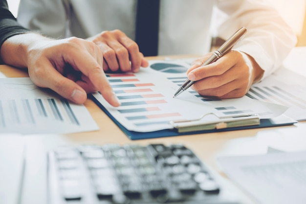 Executivos de reunião planejamento análise de estratégia no novo projeto de negócio conceito