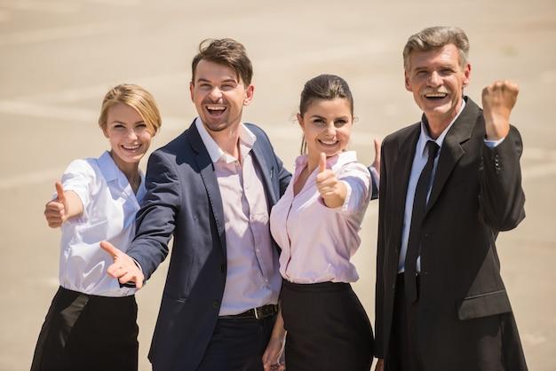 Executivos de sorriso seguros que apreciam seu sucesso.