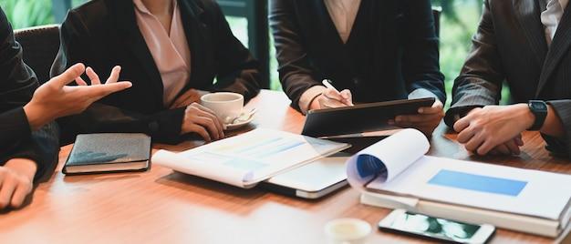 Executivos debatendo o trabalho em equipe na sala de reuniões