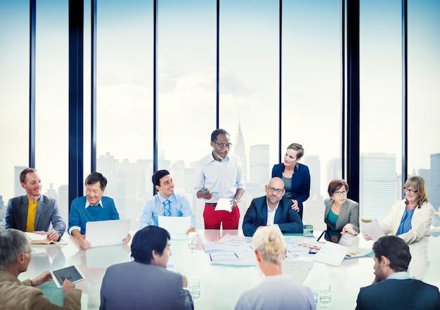 Executivos do conceito da diversidade de uma comunicação da apresentação incorporada da reunião