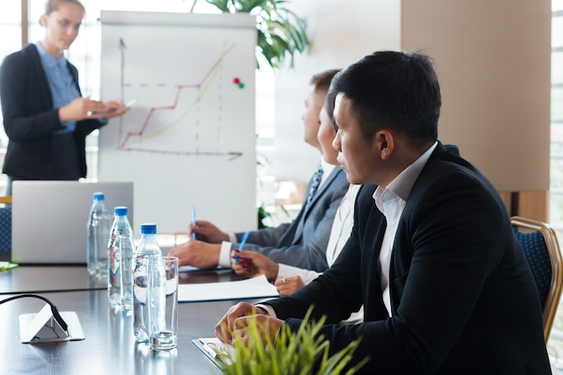 Executivos do conceito da sala de direção da reunião incorporada