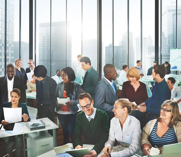 Executivos do conceito de trabalho da equipe da discussão do escritório