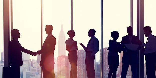 Executivos do conceito de trabalho do escritório de uma comunicação incorporada