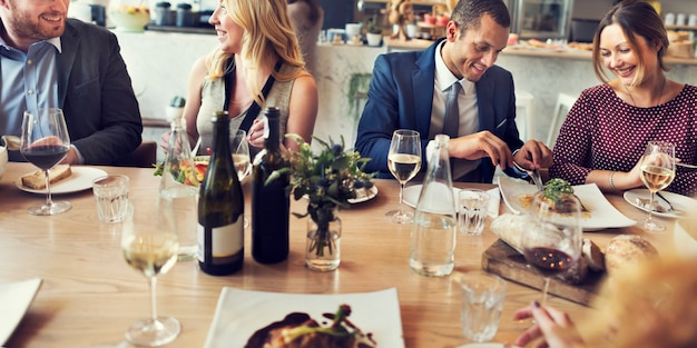 Executivos do conceito do restaurante da reunião do jantar do almoço