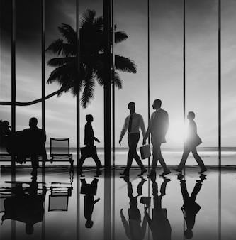 Executivos do conceito do terminal de aeroporto da viagem da praia do curso