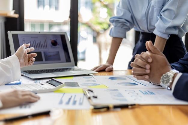 Executivos e gerentes se reúnem em uma sala de conferências, sobre a mesa alguns documentos sobre as finanças da empresa, os gerentes discutem informações financeiras com a administração.