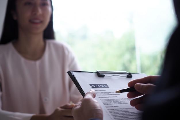 Executivos estão entrevistando candidatos. concentre-se em retomar dicas de escrita, qualificações do candidato, habilidades de entrevista e preparação pré-entrevista. considerações para novos funcionários