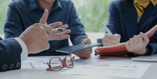 Executivos estão requisitando funcionários. secretário para gravar o trabalho documentos colocados na mesa.
