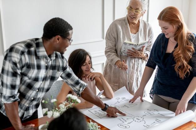 Executivos fazendo um brainstorming em um papel
