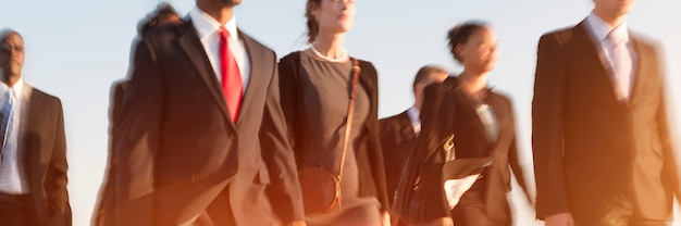 Executivos, hora do rush, viajante andando, conceito