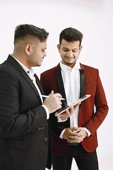 Executivos indianos trabalhando no projeto. homem com tablet mostrando algo para seu colega.