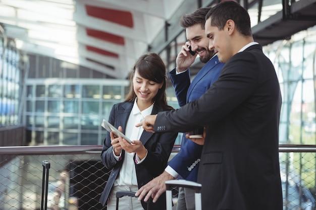Executivos interagindo uns com os outros na plataforma