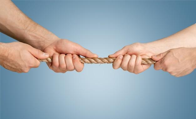 Executivos puxando corda em direções opostas no escritório