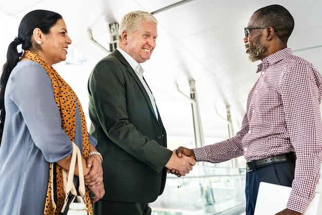 Executivos que agitam o conceito do acordo das mãos