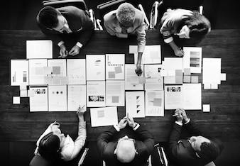 Executivos que analisam o conceito financeiro das estatísticas