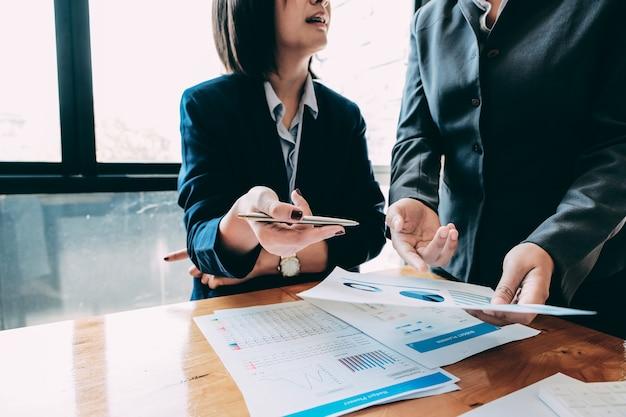Executivos que analisam os originais de negócio das estatísticas, conceito financeiro