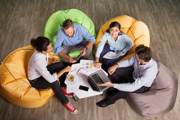 Executivos que discutem edições no café tabela