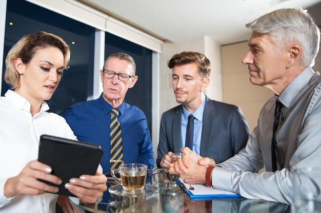 Executivos que encontram no café e que usa a tabuleta