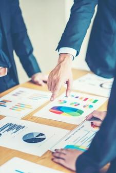 Executivos que encontram o conceito das ideias do projeto. planejamento de negócios