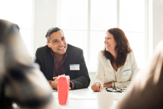 Executivos que encontram o conceito de sorriso alegre
