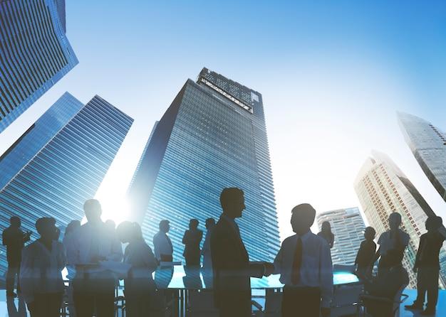 Executivos que encontram o conceito do cumprimento do aperto de mão da discussão