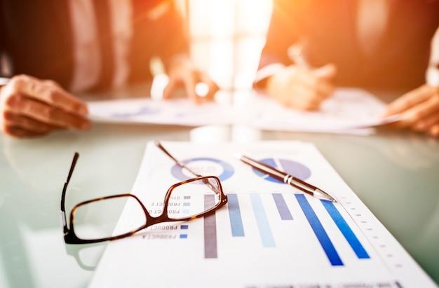 Executivos que encontram o conceito do planeamento da estratégia