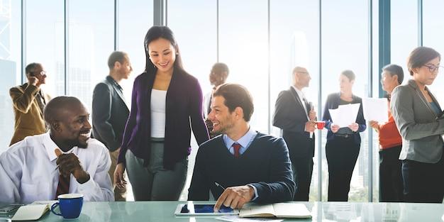 Executivos que encontram o conceito incorporado da colaboração dos trabalhos de equipa